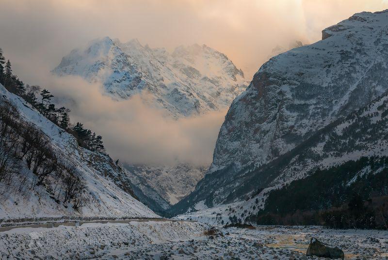 гора, кавказ, кавказские горы, река черек балкарский, дорога, ущелье, иней, снег, зима, снежное, непогода, тучи, туман, скалы, скалистое, освещение, лес, в инеи, закат, речное, Горы в облакахphoto preview