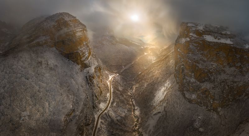 гора, кавказ, кавказские горы, черекская теснина, река черек балкарский, дорога, теснина, ущелье, иней, снег, зима, снежное, непогода, тучи, туман, скалы, скалистое, освещение, лес, в инеи, солнце, Навстречу солнцуphoto preview