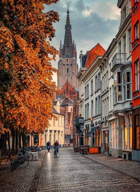 улица, башня наклонphoto preview