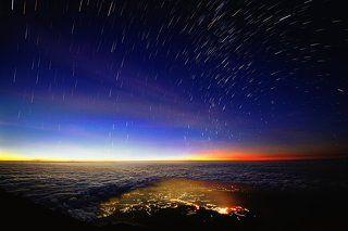 Облака и звездные дорожки со склона вулкана Лаву