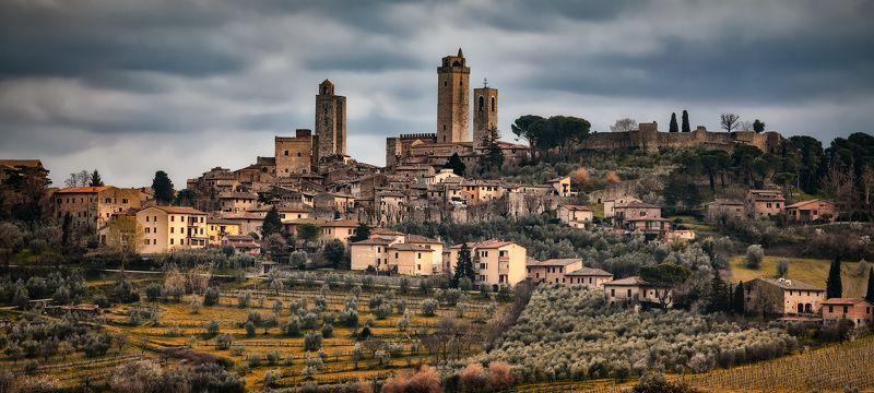 город, крепость, башни на холмеphoto preview
