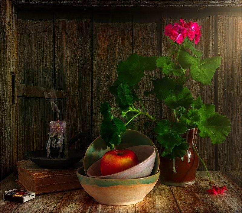 still life, натюрморт,    винтаж,    цветы, герань, яблоко, еда, свеча, дым, погасшая, натюрморт с яблоком и гераньюphoto preview