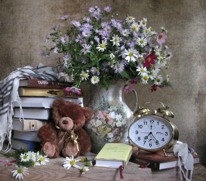 цветы, букет, сентябринки, ромашки, космея, книги, будильник, игрушка, медвежонок, шарф Время читатьphoto preview