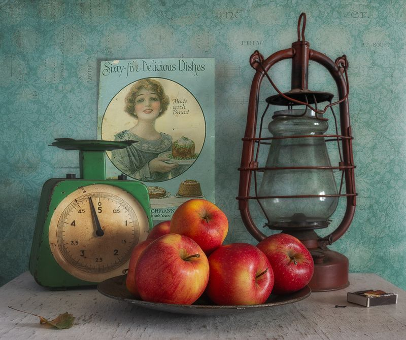 still life, натюрморт, винтаж, ретро, фрукт, яблоко, спелый, вкусный, сладкий,  еда, весы, керосиновая лампа, натюрморт с яблокамиphoto preview