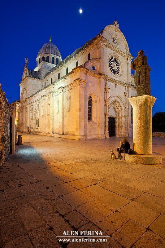 Полная луна над Собор Св. Джеймса, город Шибеник, Далмация, Хорватияphoto preview