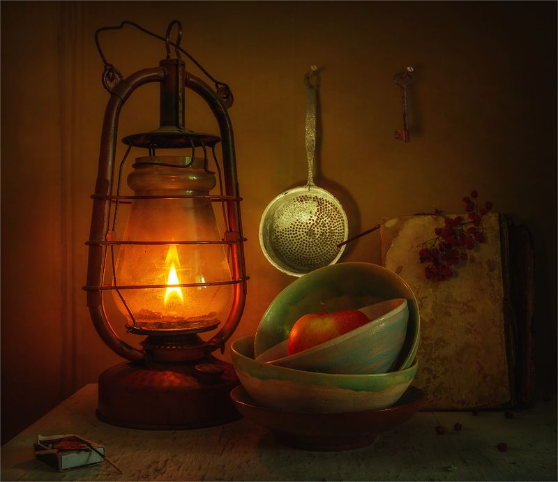 still life, натюрморт,    винтаж,  ретро, керосиновая лампа, яблоко, еда, книга, рябина, огонь, свет, тень, натюрморт с лампой и яблокомphoto preview