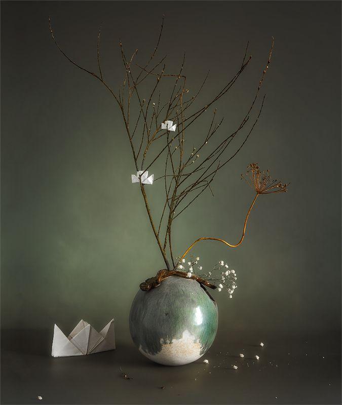 still life, натюрморт,    винтаж,    цветы,  ветка, бумажный кораблик икебана с бумажными корабликамиphoto preview