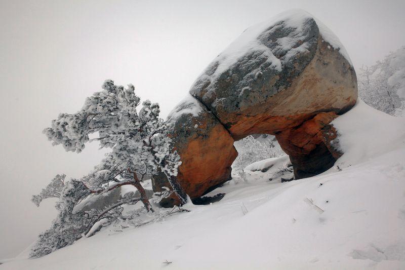 арка,природная арка,зима,горы,вершины,пейзаж,небо,деревья,дагестан,природа Арка..photo preview