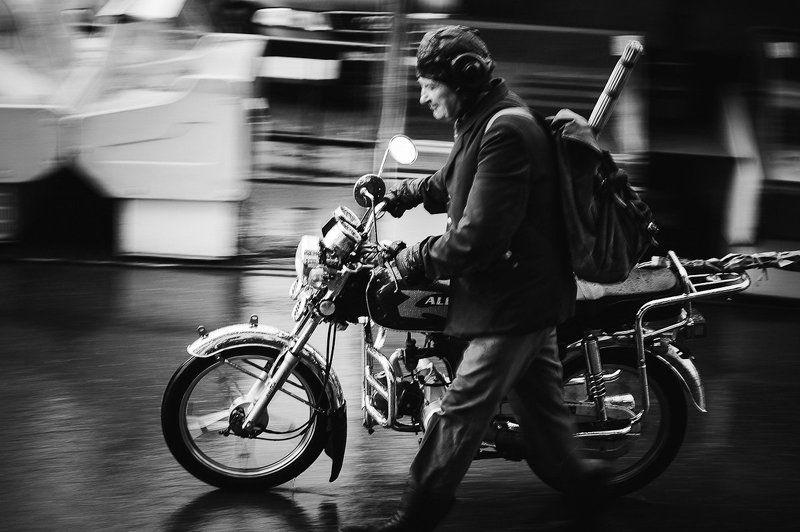 Мужчина со сломаным мотоциклом под дождем.photo preview