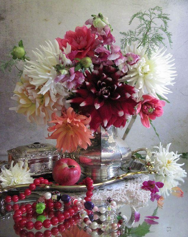 цветы, букет, георгины, львиный зев, бижутерия, бусы, кувшин, поднос, шкатулка, винтаж Женские штучкиphoto preview