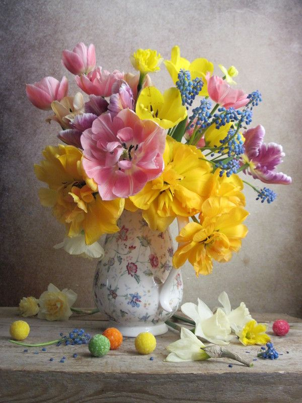 цветы, букет, тюльпаны, нарциссы, мускарики, кувшин, конфеты Весенняя радуга цветаphoto preview