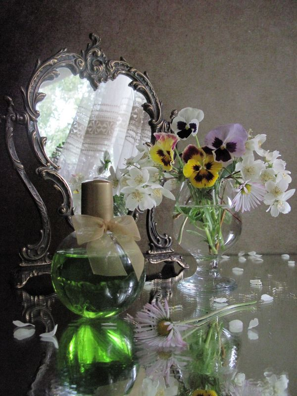цветы, букет, анютины глазки, жасмин, зеркало, косметика Свет мой зеркальцеphoto preview