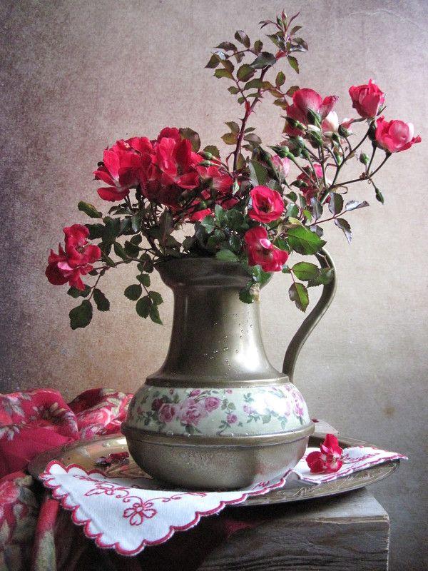 цветы, букет, розы, кувшин, латунь, винтаж В красных тонахphoto preview