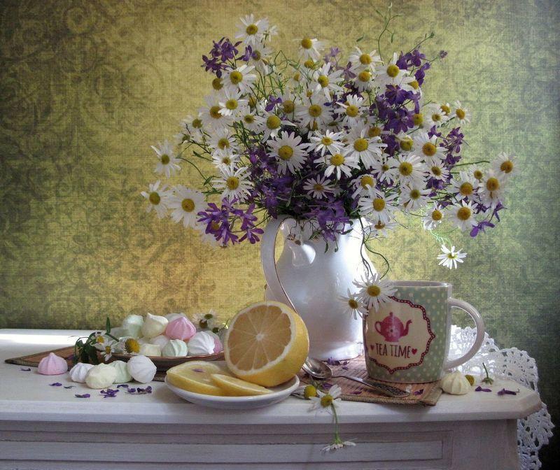 цветы, букет, ромашки, аквилегия, кружка с чаем, лимон, сладости С луговыми ромашкамиphoto preview