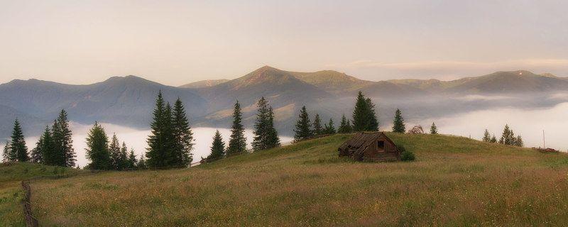 Домик с видом на горыphoto preview