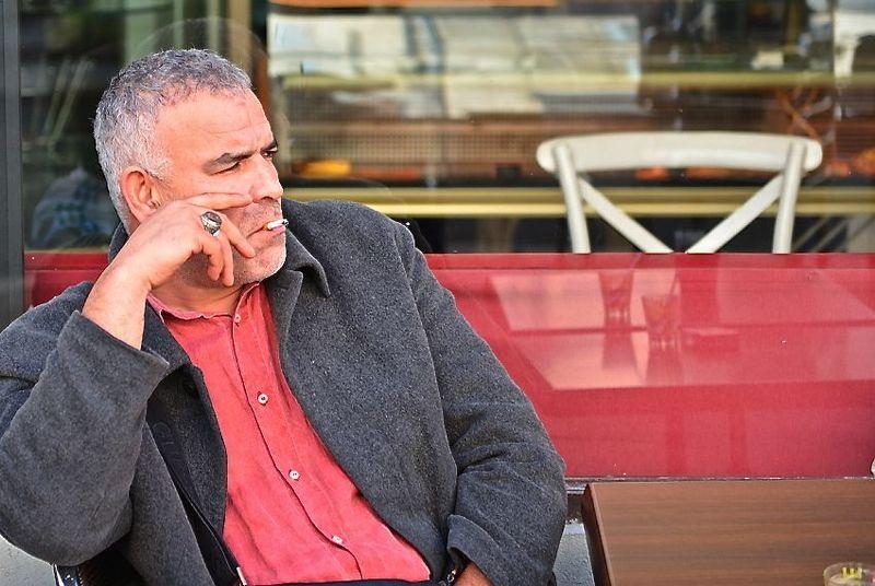 мужчина в красной рубашкеphoto preview