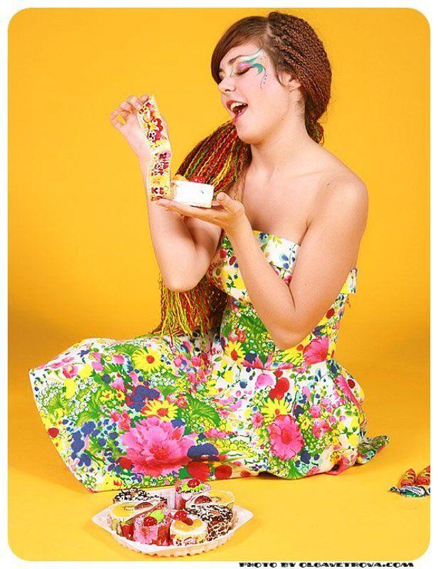 девушка, платье, цветы, конфеты, пирожное, сладкое, желтый Сладкоежкаphoto preview