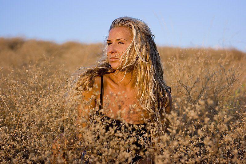 крым, солома, трава, поле, модель, блондинка, девушка В поле одинокоphoto preview
