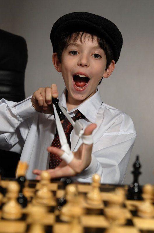 мальчик,шахматы,эмоция, игра, дети Черные не сдаются!!!photo preview