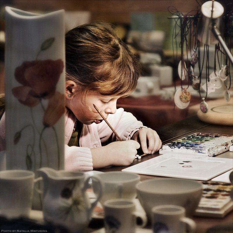 девочка, рисовать, керамика, старание уроки рисования (из подсмотренного в витрины)photo preview