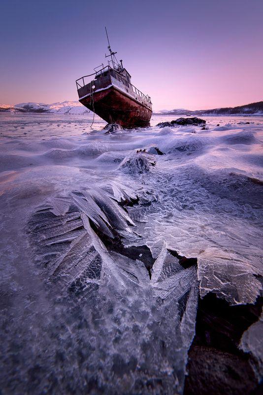Корабль - призрак на волнах ледяного моря.photo preview