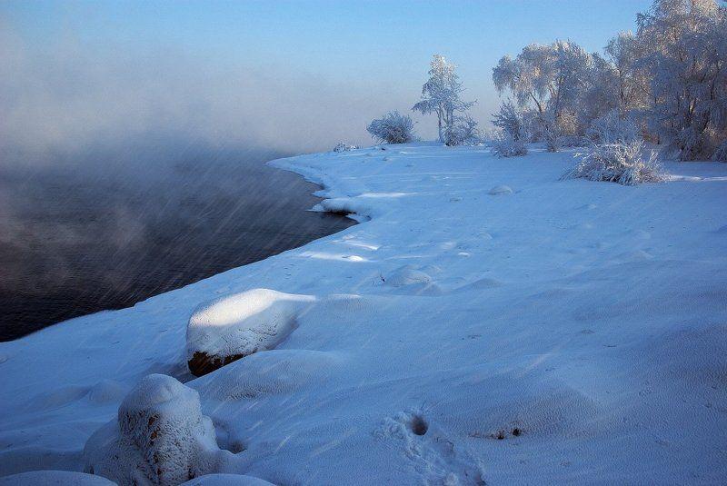 Белый берег у туманной водыphoto preview