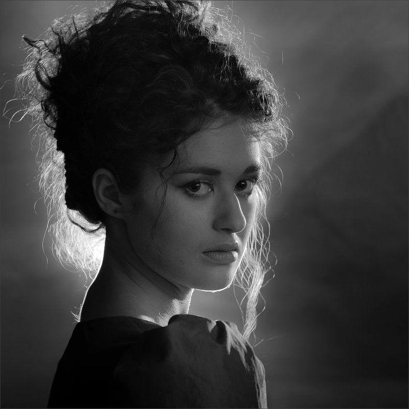 Портрет в контровом освещенииphoto preview