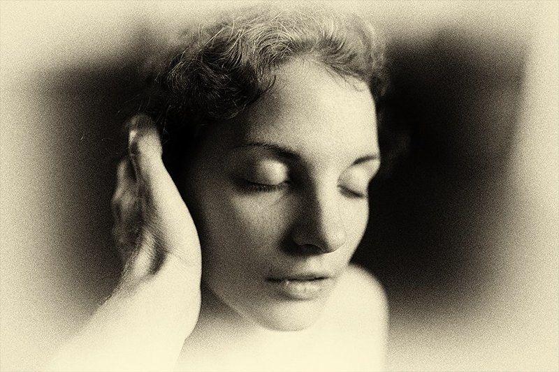 Портрет с рукойphoto preview