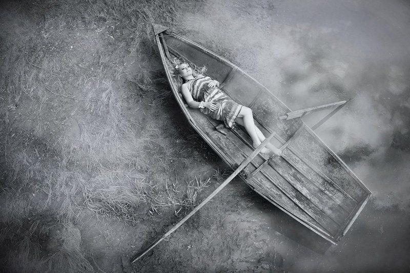 девушка в лодкеphoto preview
