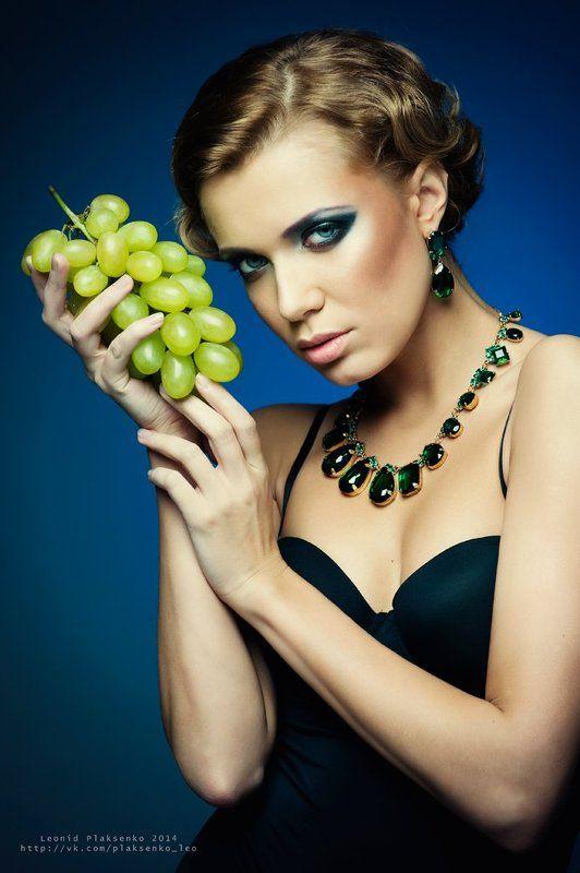 Картинки красивых девушек с виноградом