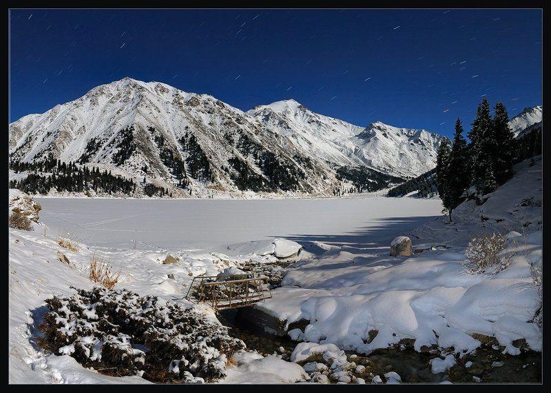 природа,ночь,горы,зима,снег,лес,озеро,вершины,ручей,мостик,тропа,звезды Куда улетают ночные звездыphoto preview