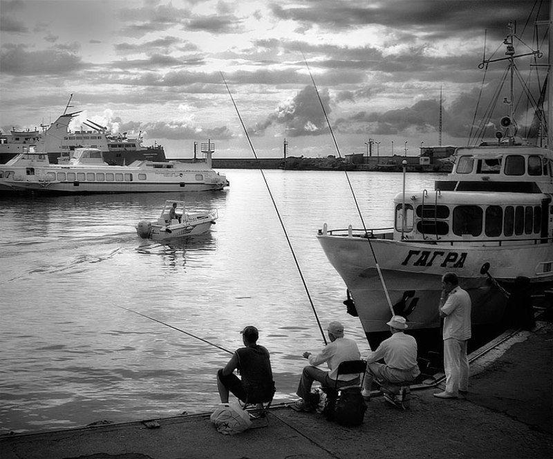 Морская рыбалка с берегаphoto preview