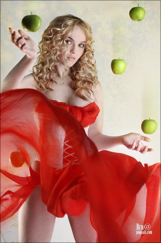 девушка, яблоко Лови!photo preview