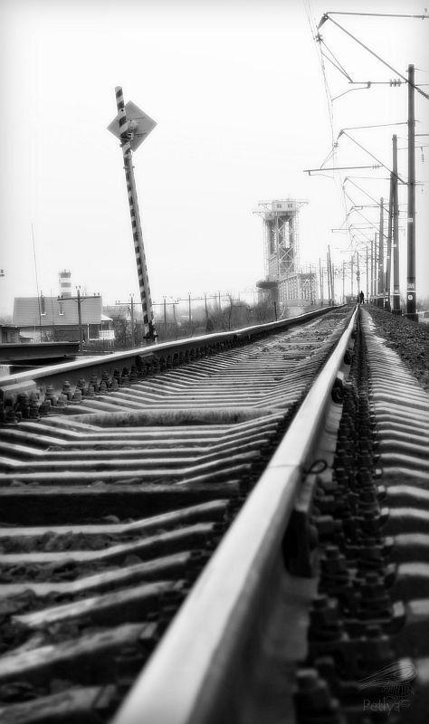 мост, железня дорога, шпалы, столбы, человек мост над туманным заливом...photo preview