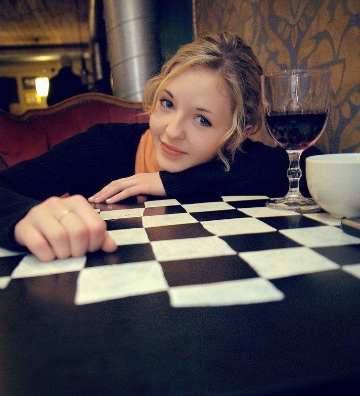 девушка, портрет, кафэ, бокал, вино, клетки, стол клеткиphoto preview