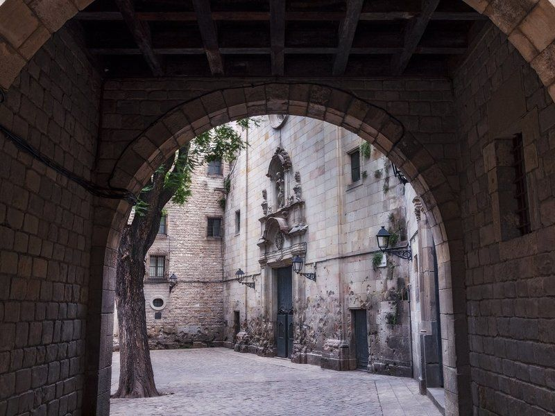 испания, барселона, гауди, церковь, храм, религия plaza de san felipe neri, barcelona, spainphoto preview