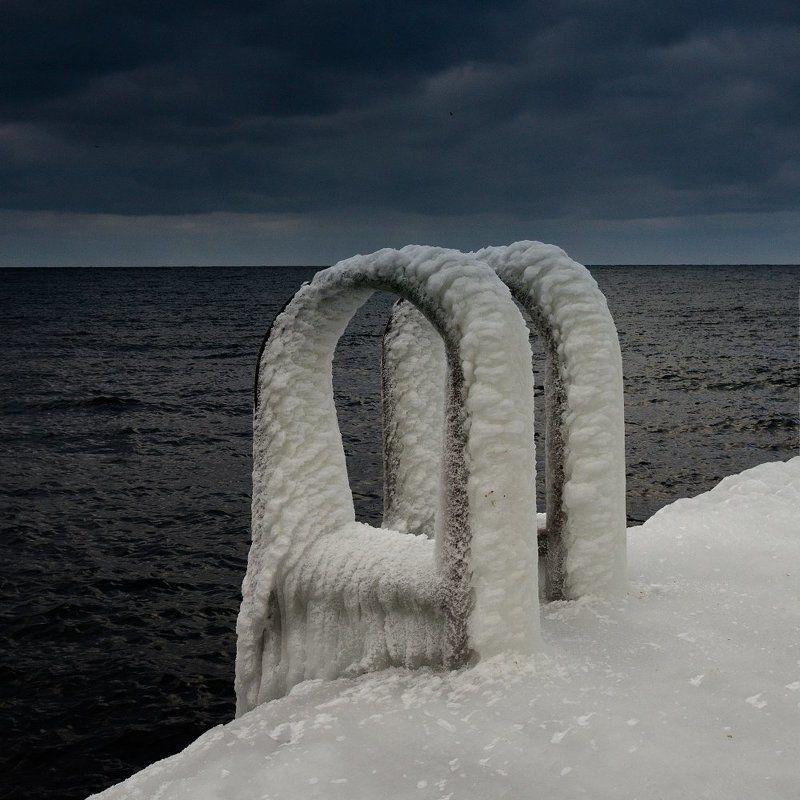 Черное море и белый ледphoto preview