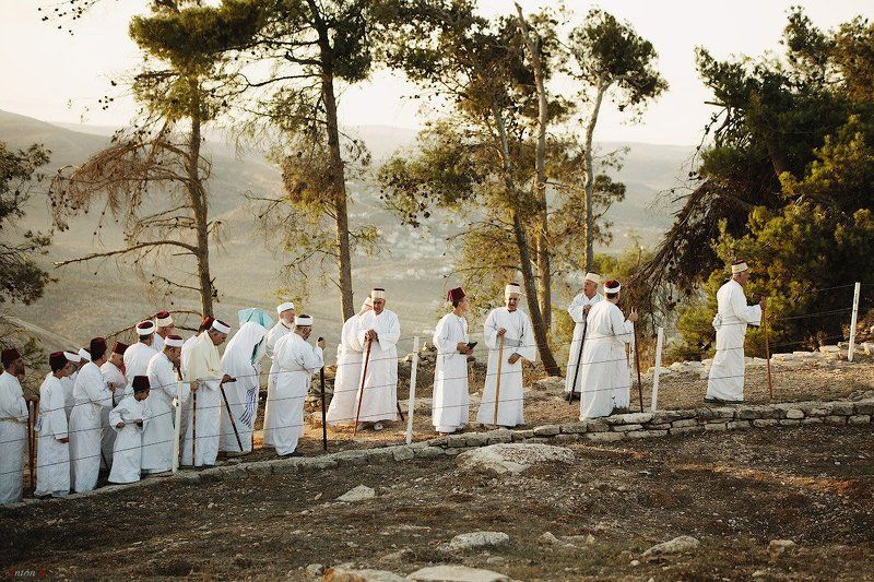 Рассветная молитва самаритян на горе Гризимphoto preview