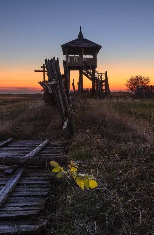Шар-гора, деревце, забор, закат Кто есьм ты?photo preview