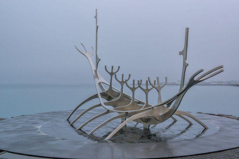 путешествия, Исландия, Рейкьявик, лодка викингов, стелла, пасмурное утро ждущая викинговphoto preview