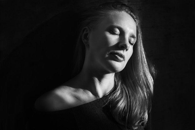 девушка, портрет, свет, тень, чб ***photo preview