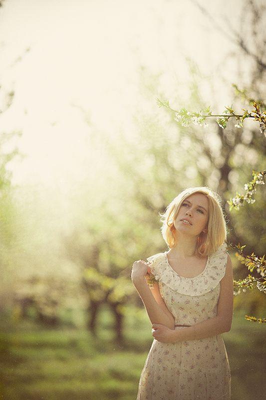 весна сад девушка солнце тепло платье Татьянаphoto preview