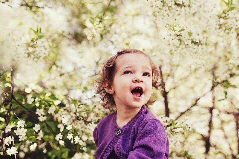 девочка, малышка, эмоции, радость, цветы, сад Красота вокругphoto preview