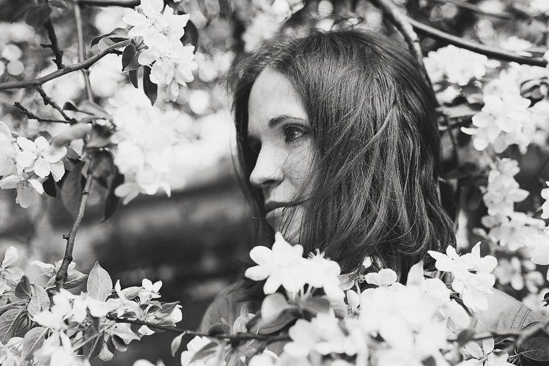 девушка, портрет, чб, цветы, яблоня Когда яблони цветутphoto preview