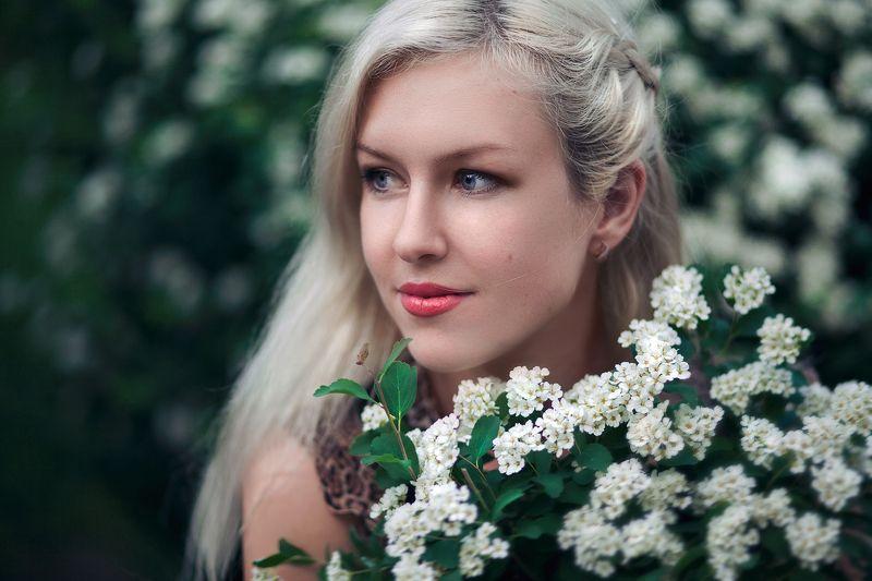 девушка портрет цветы весна Иринаphoto preview