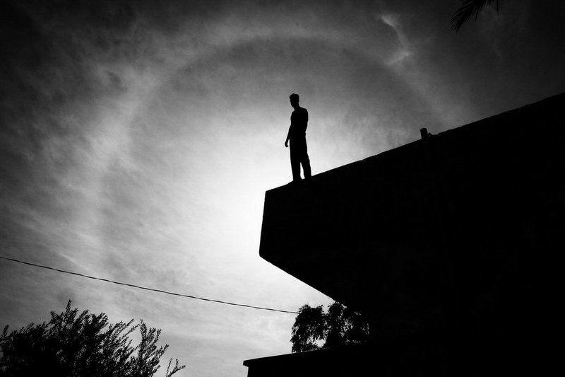 солнце, тень, дом, мужчина, затмение, гало Галоphoto preview