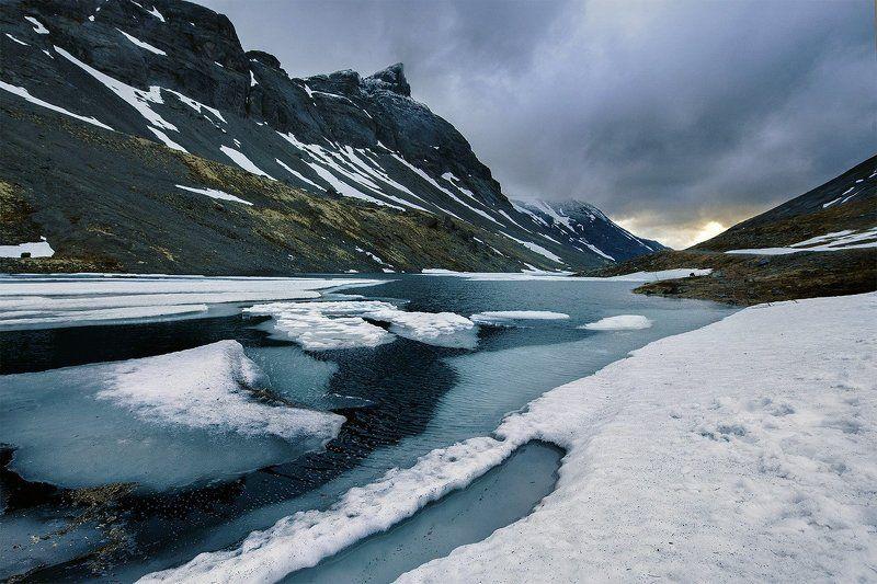 Хибины, озеро, лето, снег, ручей, лед, север, холод, ночь, полярный день, горы, вершина Суровое Хибинское летоphoto preview
