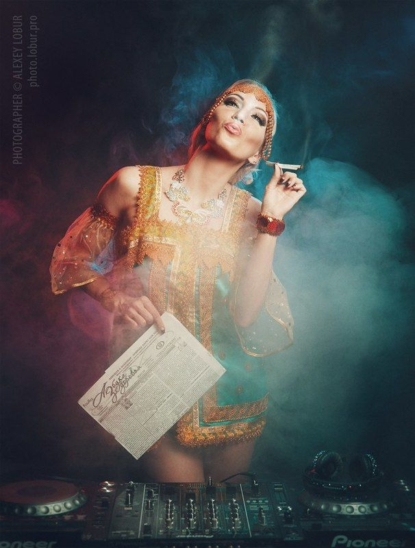 женщина, костюм, газета, сигарета, здоровье, диджей, лобур Рекламный плакатphoto preview