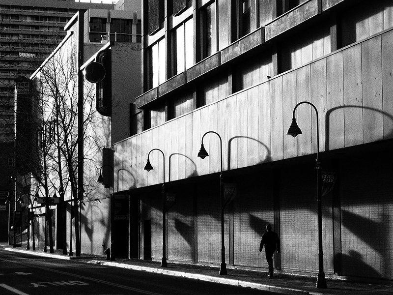 улица, тени, прохожий Немое киноphoto preview