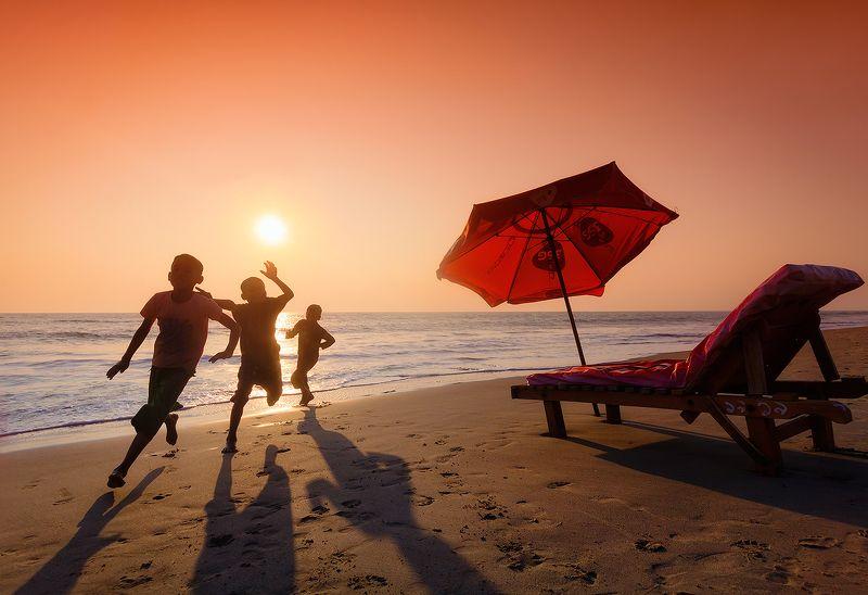 бангладеш, кокс базар, закат, дети, пляж, оранжевый Веселые игры на пляже Кокс Базарphoto preview